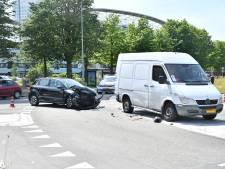 Auto en bestelbus botsen hard op kruispunt bij stadion Galgenwaard