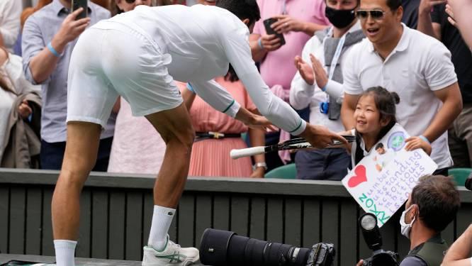Djokovic eet weer gras en ontroert door racket aan klein meisje te geven