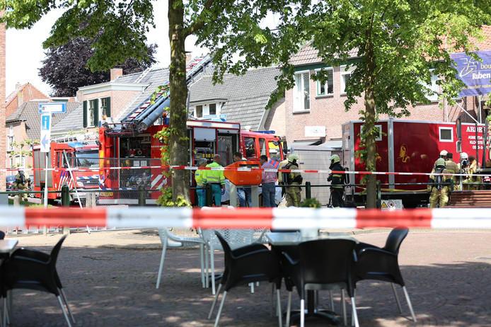 Hulpdiensten spoeden zich naar Den Ham, nadat een deel van een schoorsteen op een arbeider is gevallen.
