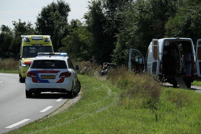 Met het witte busje rechts op de foto werd de motor afgevoerd.