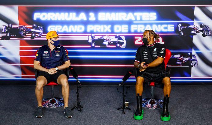 Max Verstappen (l) samen met rivaal Lewis Hamilton tijdens de persconferentie richting de Grand Prix van Frankrijk.