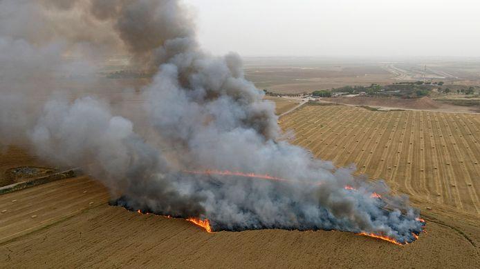 Een veld in brand door brandballonnen.