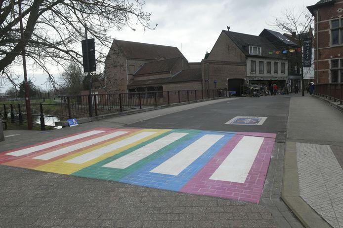 Foto ter illustratie: het regenboog zebrapad in Aarschot, er komt er ook eentje in Scherpenheuvel-Zichem.