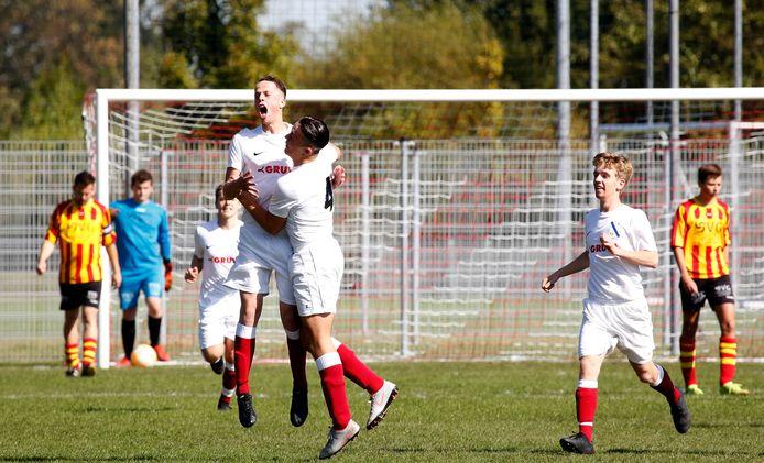 De afgelopen seizoenen moest Schoondijke in de vierde klasse A ook het hoofd buigen voor Cadzand (wit tenue).