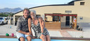 Gine en David Shearlaw in Spanje bij hun opgeknapte kartonnen huis.