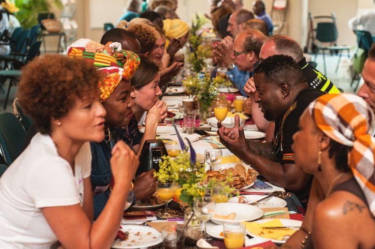 De Keti Koti dialoogtafel: een ongemakkelijk gesprek voer je het best op een gevulde maag.  Beeld Stacii Samidin