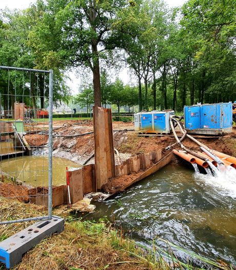 Vis kan straks door nieuwe stuw in de Kappeweg in Wijhe zwemmen dankzij vistrap