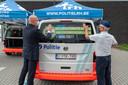 Ook Gouverneur Jos Lantmeeters was tijdens het moment aanwezig om de eerste banner samen met korpschef Philip Pirard op het politievoertuig aan te brengen.