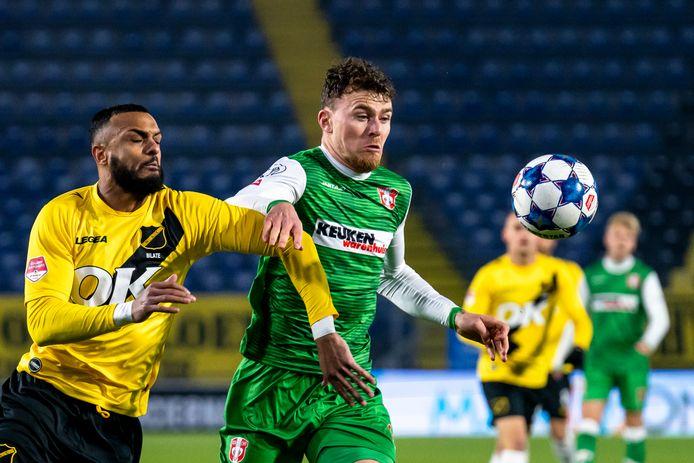 Julius Bliek (rechts) houdt in de wedstrijd tegen NACBreda Mario Bilate van de bal.