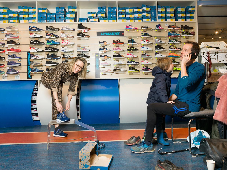 Willemijn Veenhoven met haar broer en neefje bij de schoenenzaak in Amsterdam. Beeld Ivo van der Bent