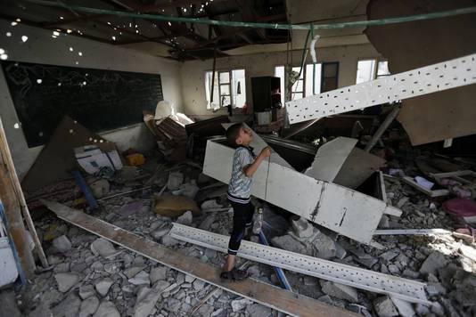 Een Palestijnse jongen in de aangevallen VN-school in het Jebaliya vluchtelingenkamp.