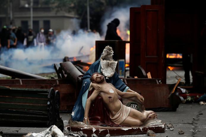 Een gebroken Jezusbeeld op straat in Santiago.