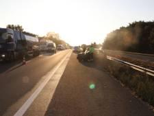 File op A1 na botsing tussen auto en vrachtwagen