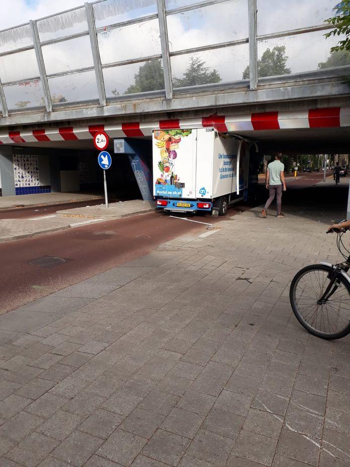De vastzittende vrachtwagen van Albert Heijn.