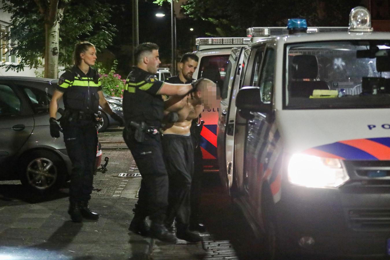 De verdachte (28) moest getaserd worden. Hij is met ontbloot bovenlijf afgevoerd.