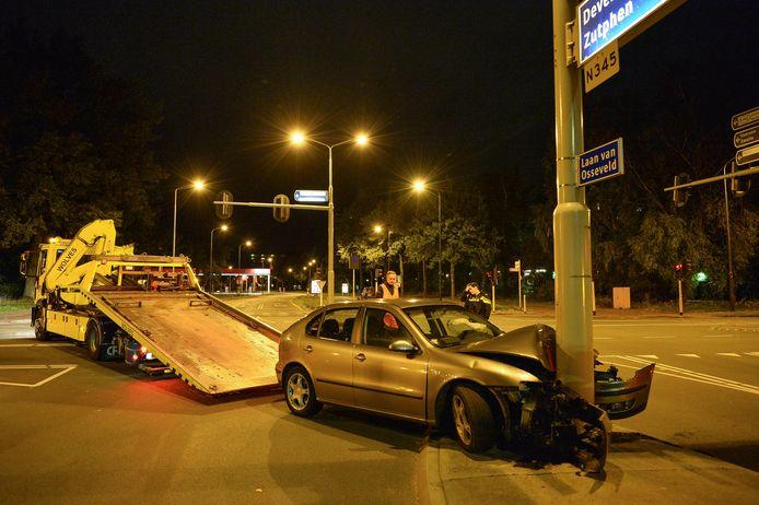 De auto wordt na de crash in Apeldoorn door een berger weggehaald.
