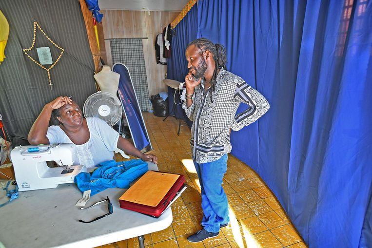 Tafari praat met een naaister over de prijs. Beeld Guus Dubbelman / de Volkskrant