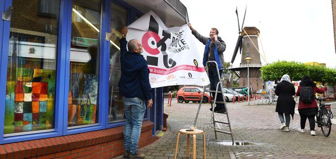 In 2020 moest kunstenaar en organisator Henk van der Gronde (l.) noodgedwongen zelf buiten zijn atelier zitten, nu kan er weer meer. Rechts: Kees Schouten.