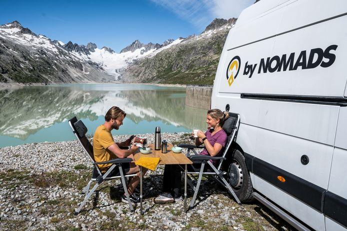 Digital Nomads Kay Holleman en Esther Vos bij hun camper.