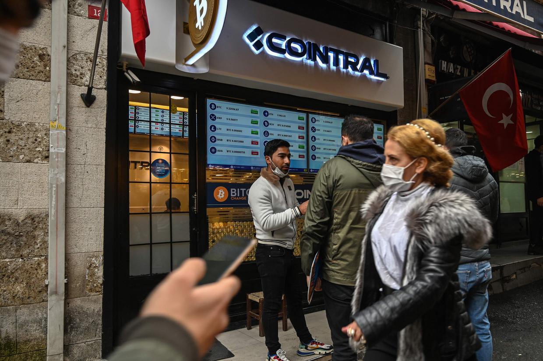 Een 'Bitcoin Change'-winkel in Istanbul. Beeld AFP