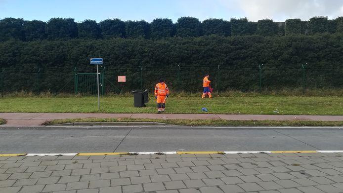 De tien werkmannen van de gemeente Steenokkerzeel zijn volop in de weer met het opruimen van het weggewaaide afval.