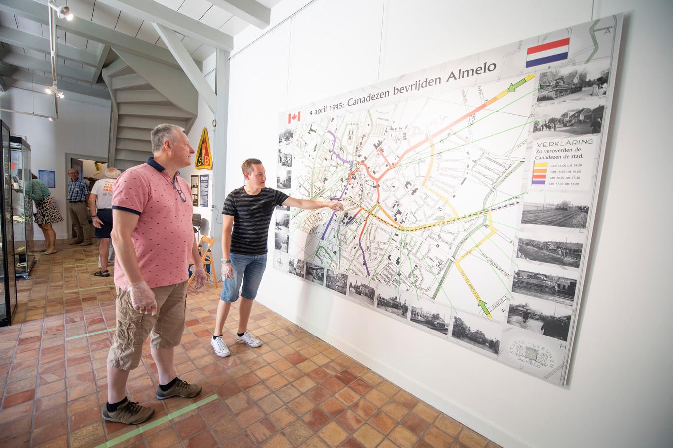 Peter en Stefan Kruger waren maandag een van de eerste bezoekers in het heropende Stadsmuseum waar de tentoonstelling 75 jaar Almelo Vrij alsnog van start is gegaan.