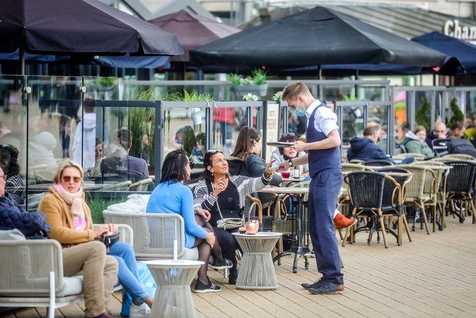 Terrasjesgangers genieten in Oostende.