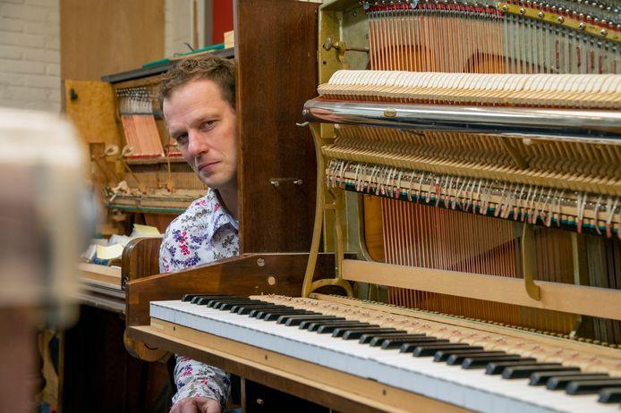 Cas Mak koos er in 2011 bewust voor om niet alleen piano's te stemmen, maar ook een werkplaats in te richten. ,,Daardoor kon ik aan de slag blijven in deze coronacrisis.''
