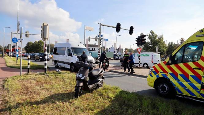 Scooterrijder tijdens oversteken gewond door botsing in Oeffelt