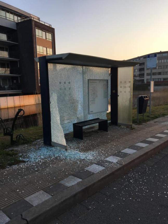 Het kapotte bushokje aan de Waterlei in Osseveld-Woudhuis.