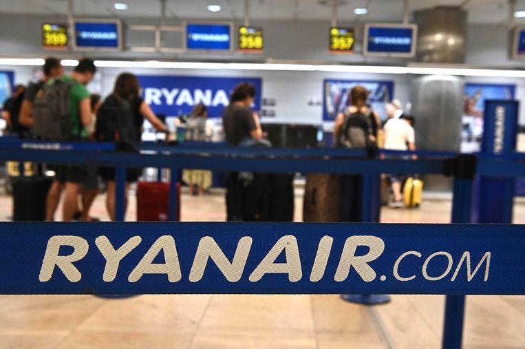 Een incheckbalie van Ryanair op de luchthaven van Madrid. De Ierse prijsvechter zegt zijn strenge bagageregels te zullen handhaven, ondanks het vonnis van de Spaanse rechter. Beeld EPA