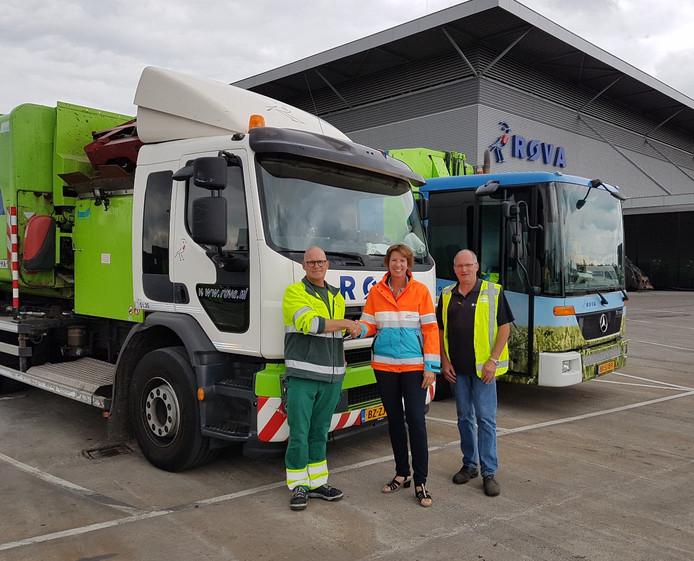 Gerard Schokker (l) en Gert Nijhof met Astrid van der Windt van Veilig Verkeer Nederland na afronding van de training die de chauffeurs kregen voor het geven van dode-hoek- lessen.