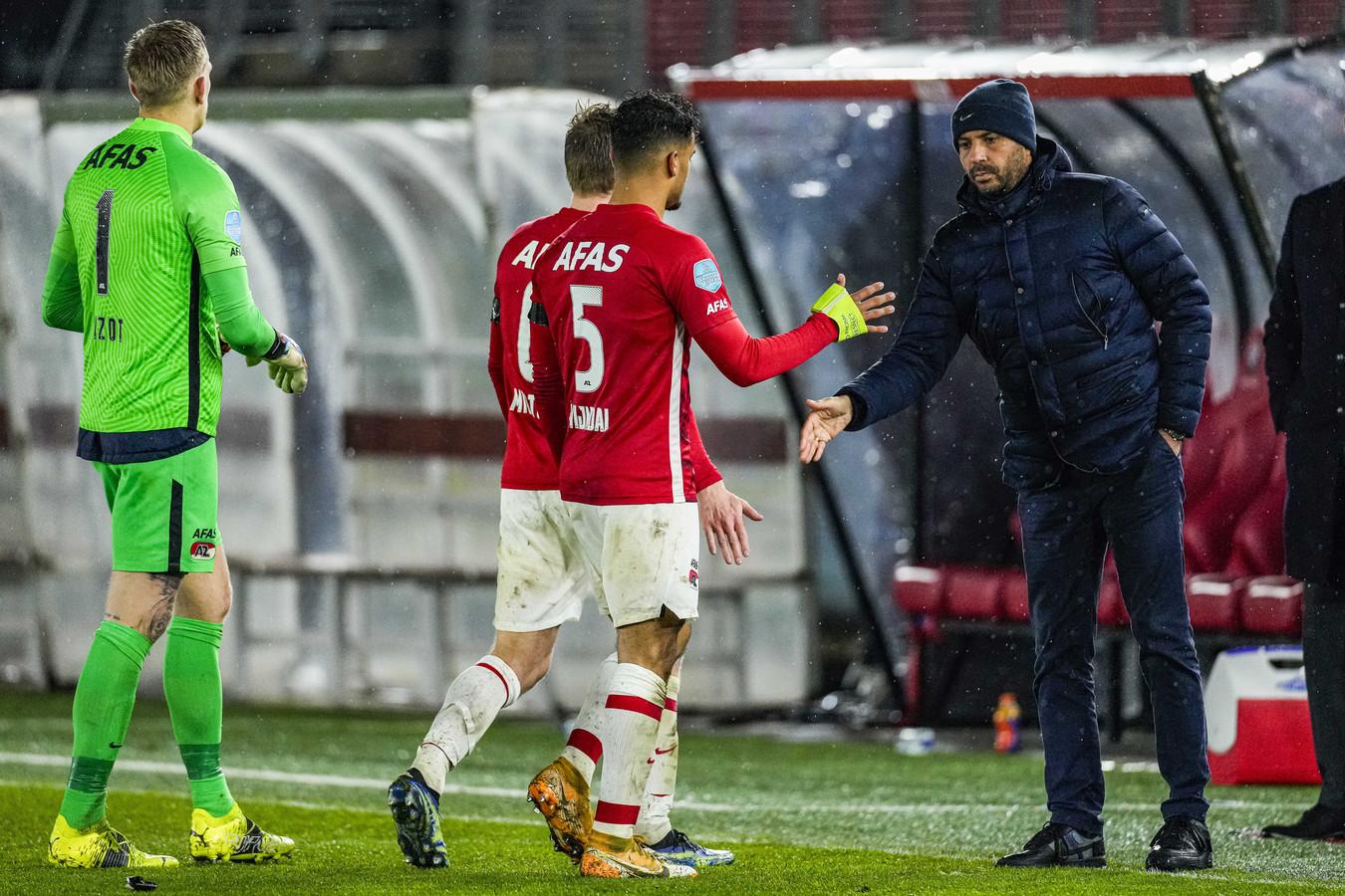 AZ-trainer Pascal Jansen (r) feliciteert zijn spelers na de overwinning op Sparta.