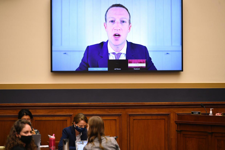 Facebook-CEO Mark Zuckerberg en de andere techbazen mochten het uitleggen via videoverbinding.  Beeld AP