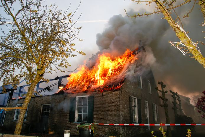 Het hele dak staat in brand.