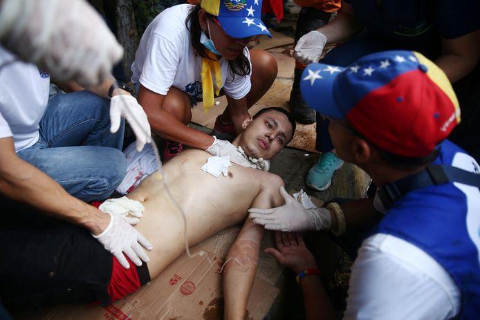 Een betoger is gewond geraakt door een kogel.