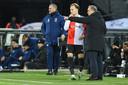 Dick Advocaat geeft instructies aan invaller Mark Diemers, die nog de assist had bij de 3-1 van Lutsharel Geertruida.