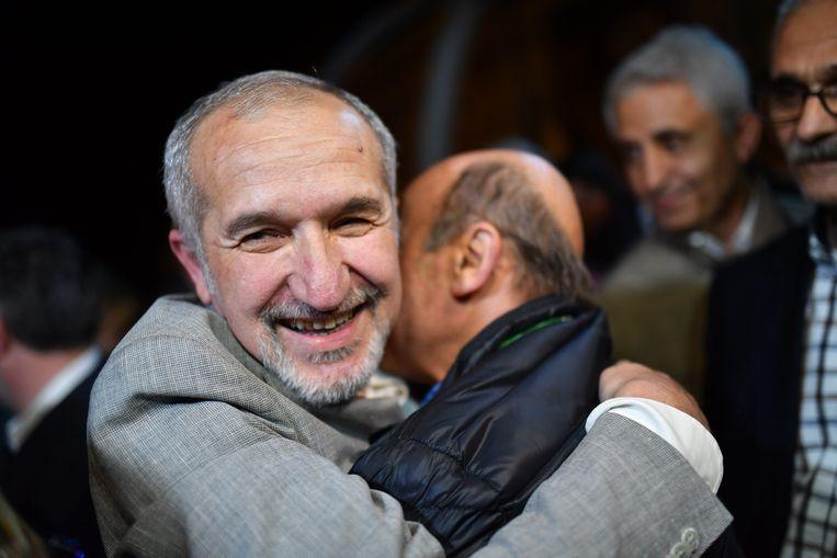 Akin Atalay, voorzitter van stichting Cumhuriyet, knuffelt een vriend net na zijn vrijlating uit de gevangenis. Beeld AFP