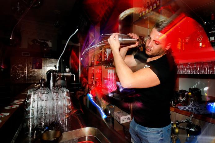Bedrijfsleider Iliass Marso mixt een drankje.  ,,Ik drink zelf niet. Hoewel ik wel mee zou mogen doen tijdens mijn werk, hoor, als ik mijn focus maar behoud.''