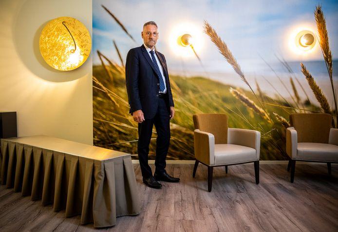 Wim Baelde van uitvaartcentrum van Baelde verteld over de rouwkamers.