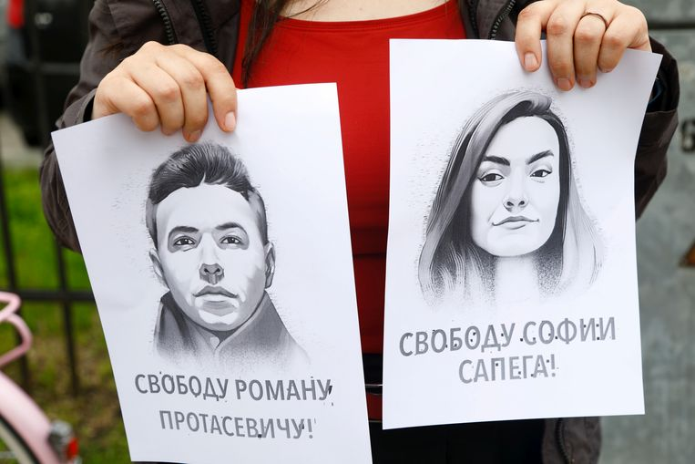 Het portret van de gearresteerde blogger Roman Protasevitsj en zijn vriendin Sofia Sapega tijdens een protest tegen zijn arrestatie.  Beeld EPA