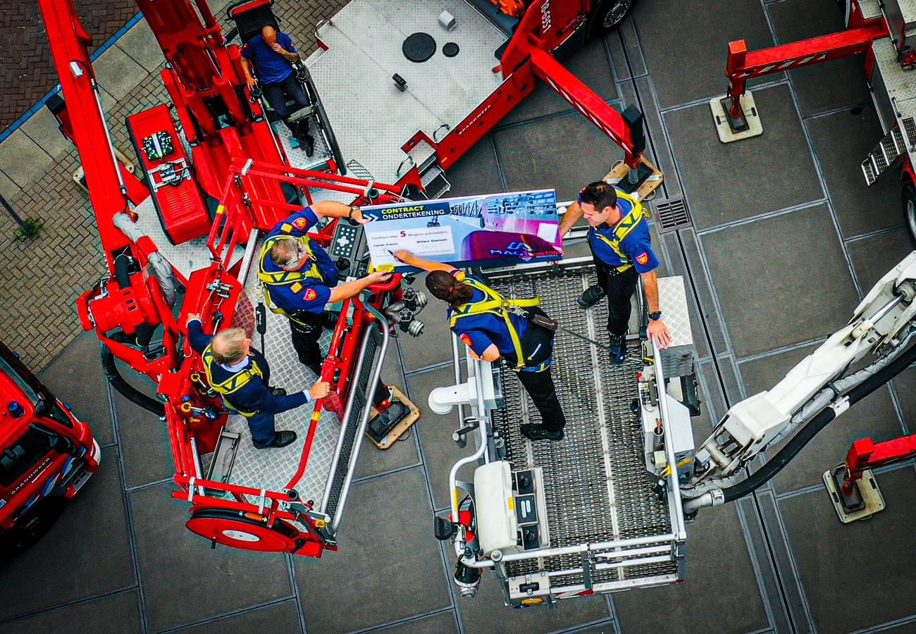 De brandweer ondertekent het contract voor de nieuwe brandweerwagens vanuit twee hoogwerkers.