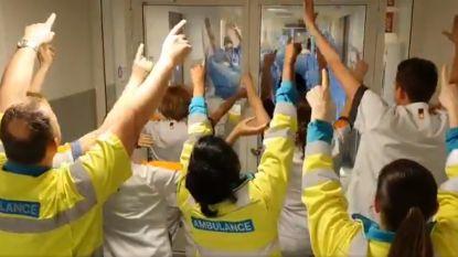 """Zorgmedewerkers Nederlands ziekenhuis zingen elkaar toe: """"You'll never walk alone!"""""""