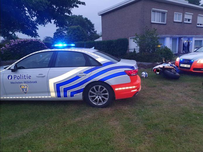 De politie ging in de achtervolging en kon de motorrijder arresteren nadat hij ten val was gekomen.