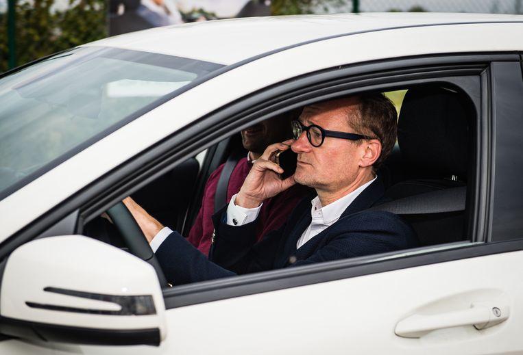 Minister van Mobiliteit, Ben Weyts (N-VA), achter het stuur terwijl hij belt. Dat deed hij bij de voorstelling van zijn 'Beloofd'-campagne vorig jaar.