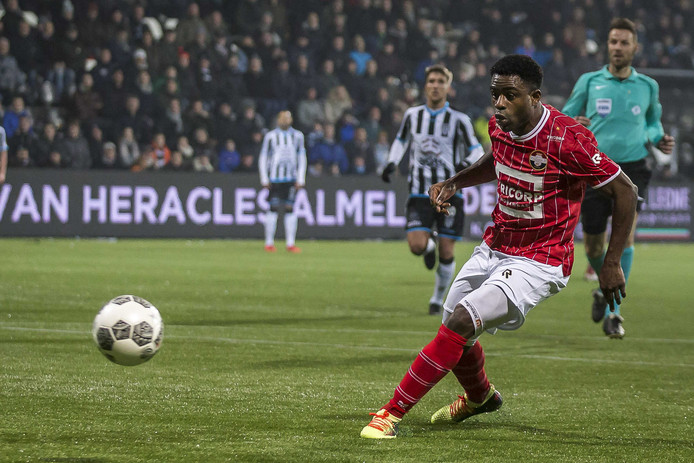 Willem II'er Bartholomew Ogbeche mist een enorme kans tegen Heracles (1-0 verlies).