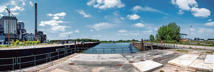 Het Engie-terrein, met links de voormalige kolencentrale die langzaam afgebroken wordt om plaats te maken voor nieuwe bronnen van energie.