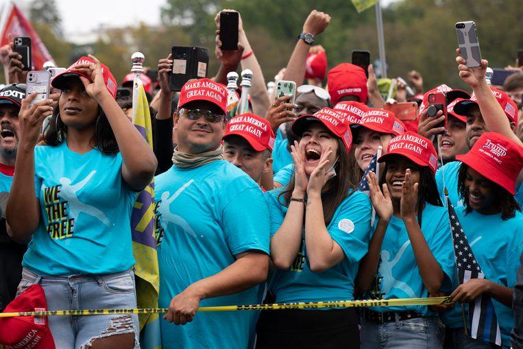 Aanhangers van Trump verzamelen zich bij het Witte Huis, voordat ze worden toegelaten tot het eerste openbare evenement van Trump sinds zijn positieve coronatest. Beeld AP