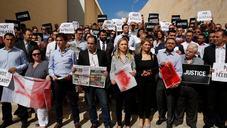 Maltese journalisten demonstreren bij het parlementsgebouw in Valletta naar aanleiding van de aanslag afgelopen maandag op hun collega Daphne Caruana Galizia. Beeld reuters