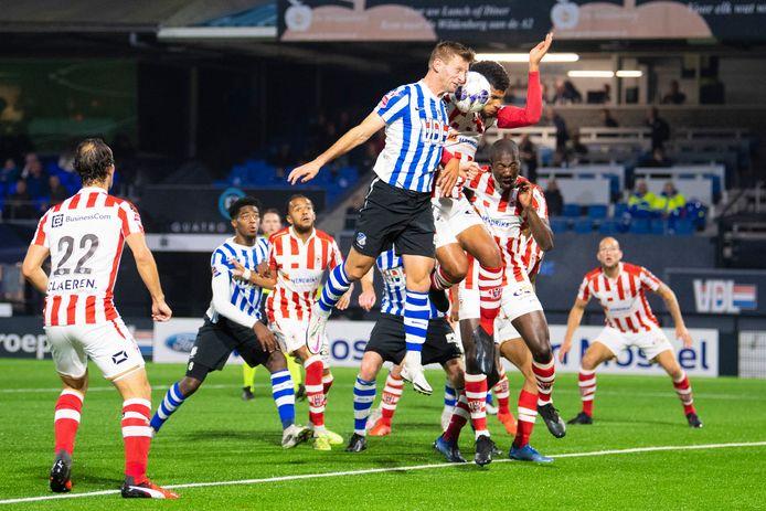 Gevecht om de bal in het duel tussen FC Eindhoven en TOP Oss. De Ossenaren toonden volgens speler Niels Fleuren af en toe te weinig inzet.